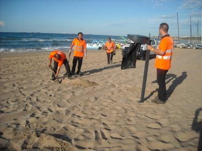 Les platges estrenen nous punts de recollida selectiva i papereres