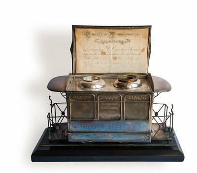 La nova peça del mes de «Quan els objectes parlen»: una escrivania en forma de vagó de tramvia