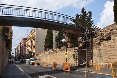 S'inicien les tasques de pintura del pont del Fòrum de la Colònia