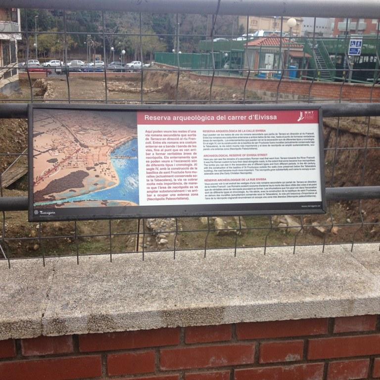 Nova senyalística a la reserva arqueològica del carrer d'Eivissa