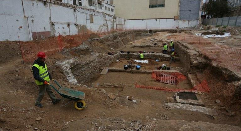 Apareixen una sèrie de murs i una zona d'enterraments d'època tardoromana a l'antiga caserna de la Guàrdia Civil