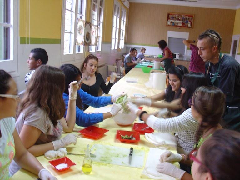 Alumnes d'ESO participen en el taller: Avui cuino jo. Cuina per a joves atrevits