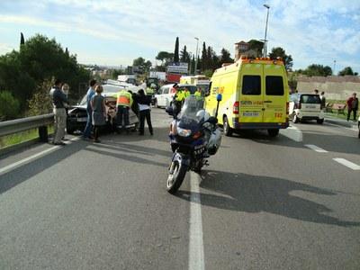 Una persona queda atrapada al seu vehicle a la carretera de Santes Creus