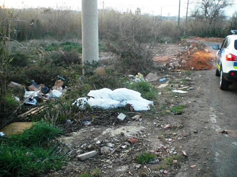 La Unitat de Medi Ambient localitza una gran quantitat de residus al Polígon Riu Clar