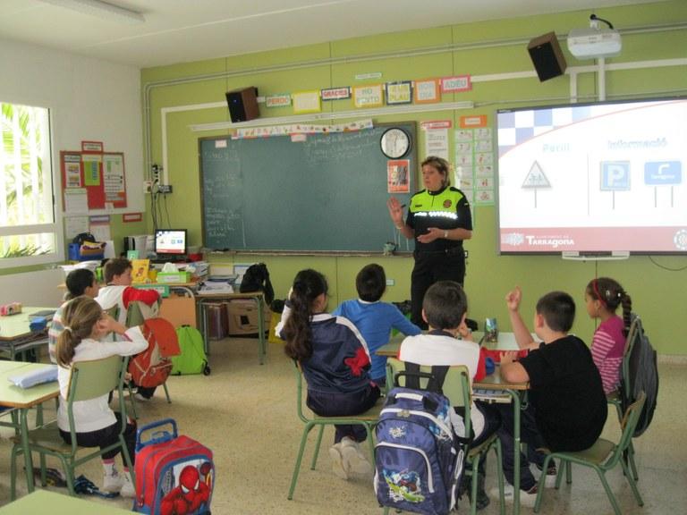 La Guàrdia Urbana, en el bloc de l'Escola Riu Clar
