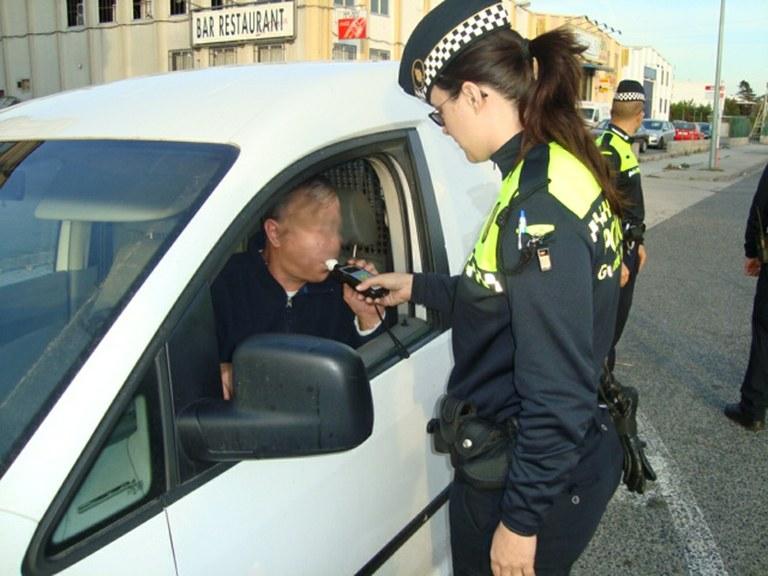 Detingut per un robatori d'un vehicle, atemptat a agents de l'autoritat, danys i per conduir sense permís per pèrdua dels punts