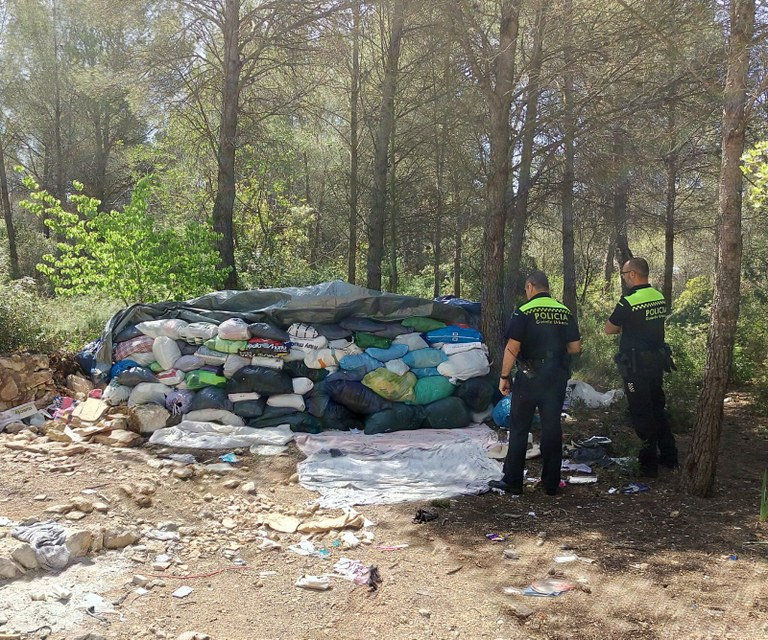 Troben una gran acumulació de bosses de roba usada en un terreny forestal