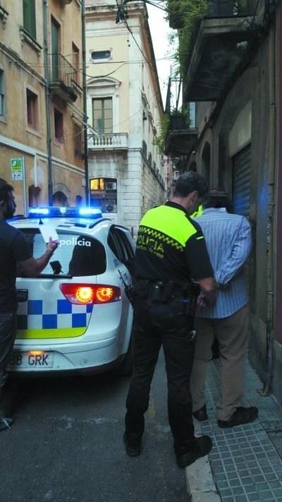 Un detingut per robatori amb força i un altre per atemptat als agents de l'autoritat