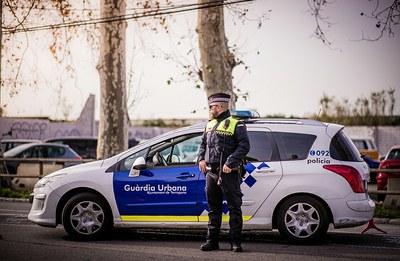 Patrulles de la Guàrdia Urbana i Mossos d'Esquadra recorren la ciutat amb megafonia per recordar la necessitat de confinament