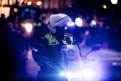 Guàrdia Urbana i Mossos d'Esquadra desmantellen una festa de fins a 400 estudiants a la plaça de la Font