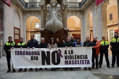 L'Ajuntament de Tarragona realitza un minut de silenci per condemnar la darrera mort per violència masclista a Perpètua de Mogoda