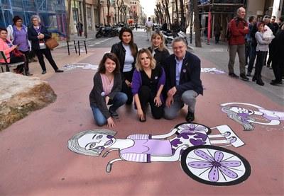 La plaça de la Dona Treballadora ja té una pintura mural que reivindica el paper de les dones